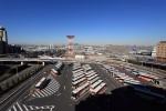 第二ターミナル駐車場から、バスプールを望む。すっきり晴れていい天気です。