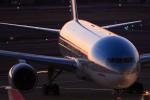 KOREAN AIRに反射する残光。航空機のキレイなシーンのひとつです。