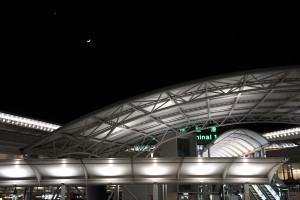 夜の第一ターミナル。寒かったぁ。月と金星のランデブー。