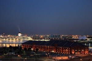 大桟橋に泊まっている客船がキレイでした。ライトアップされていて豪華イメージ。赤レンガ倉庫もキレイだなあ。