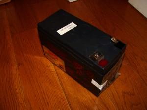 これが最初から入っていたバッテリー。12V7.2Ahです。