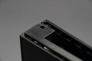 ハードディスク挿入口の横にあるフックを少し力を入れて外します。