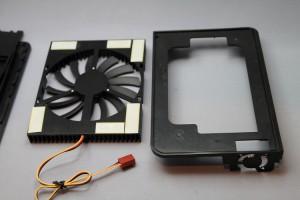 ITAKAZEとプラスチック枠がちゃんと接するところに両面テープを貼ります。