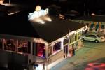 部屋の窓から見えるココビーチのピアにあるお店。夜中までドンドコしていました。