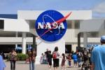 最初に見えるのが広場にあるNASAのロゴ。初期のロゴを復刻させて使っていますが、今の時代はこちらの方が新しい感じに思えます。