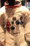 月を初めて歩いたニール・A・アームストロングの宇宙服。かなりくたびれているので本物かなー。