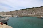 絶壁を堀込して作った漁港。施設は非常に立派。漁港の中もきれい。熱帯魚が普通に泳いでいるのが見える。