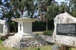 ふるさと文化センター前で。この島の歴史を知るとアメリカ軍が進駐したのもデメリットばかりではなかったことがわかる。
