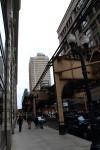 空中にレールがあるのがシカゴ。ブレードランナー方向に行った近未来都市のよう。