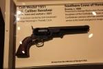 なんで拳銃があるのだろうか。昔襲われたのかなw