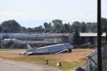 ボーイングフィールド南端。壊れた飛行機があります。DC-3らしい。元々は博物館の所蔵物だったらしいけど、なぜここに。