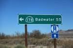 ショーションという本当に小さな町の分岐点にある標識。バッドウォーターまで88キロであるwその間はナニもない。