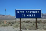 バッドウォーターまで行ってもサービスする場所はないので、この標識も併記されてる。115キロの間、ガソリンも水も補給できないわけだ。