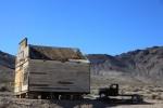 乾燥しきった木造の家と灼けたトラック。静かに朽ちていくだけ。