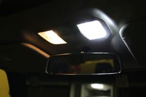 左が通常、右がLED。写真だとわかりづらいけど、LEDの方がはるかに明るい。