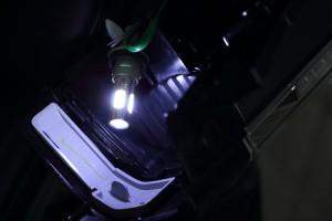 LEDには極性があるので、点灯しない場合には逆にしてみると。