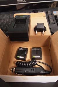 バッテリー二個。充電器。コンセントの変換(ノーマル状態では日本のコンセント対応)。シガーライターソケットアダプター