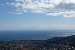 遠く伊豆七島の利島や新島、式根島、神津島、そして三宅島が見える