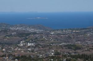初島と川奈あたりかな。遠く三浦半島や房総半島まで見える。