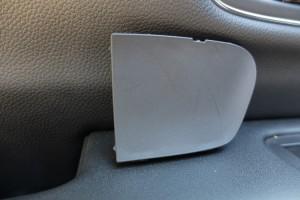 上の切り欠きのところにドライバーを突っ込むと外れる構造なんだけど、横から内装はがし突っ込んだ方がカンタンだった。