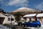 伊豆に借りている家の前。雪ですごいことに。到着して最初の作業は雪かきでした。これは2月23日の写真だす。