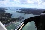 ベイオブアイランズ上空へ。マリーナにたくさんのボートが見える