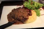 お昼ご飯はステーキ…。マッシュポテトのうまさは凶悪クラス。生クリーム入りのジャガイモなんぞ太るじゃねーか!でも誘惑に負ける。